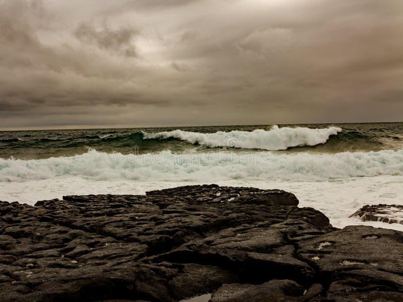 Mares tormentosos fora da costa oeste da Irlanda fotografia de stock royalty free