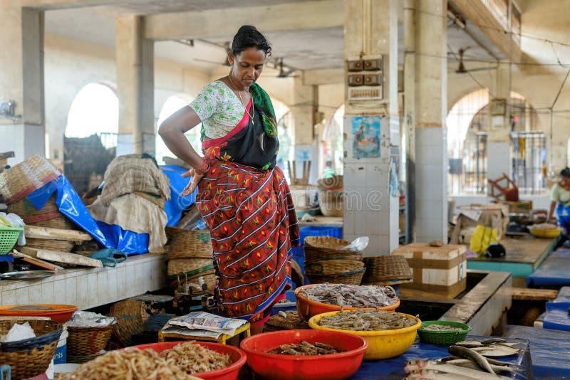 Margao, GOA, India - Circa Mei 2014: De Indische vrouw verkoopt garnalen in de vissenmarkt, circa Mei 2014 in Margao, GOA stock foto's