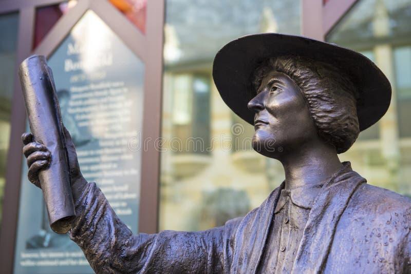 Margaret Bondfield Statue em Northampton fotos de stock royalty free