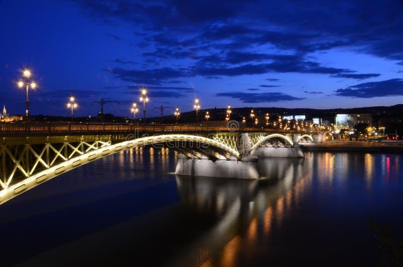 Margaret Bridge à Budapest la nuit image libre de droits