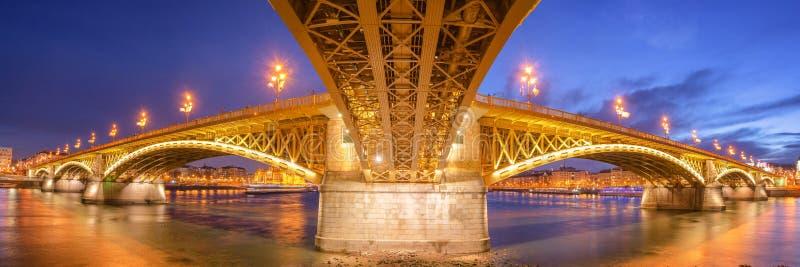 Margaret Bridge con il Parlamento dell'Ungheria fotografia stock libera da diritti