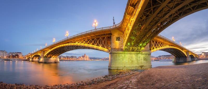 Margaret Bridge con il Parlamento dell'Ungheria immagine stock libera da diritti
