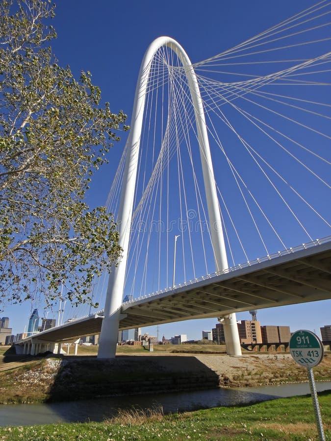 Margaret Hunt Bridge en Dallas en el día de invierno soleado fotos de archivo libres de regalías