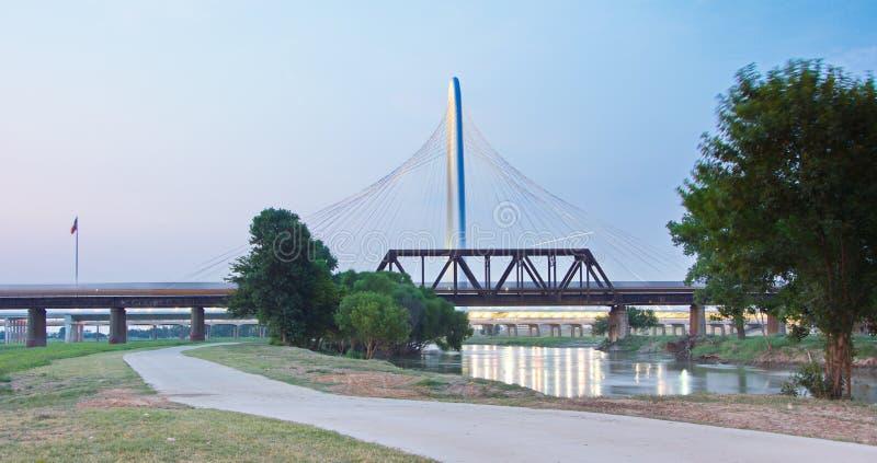 Margaret Hunt Hill Bridge al sottoinsieme a Dallas, il Texas fotografia stock