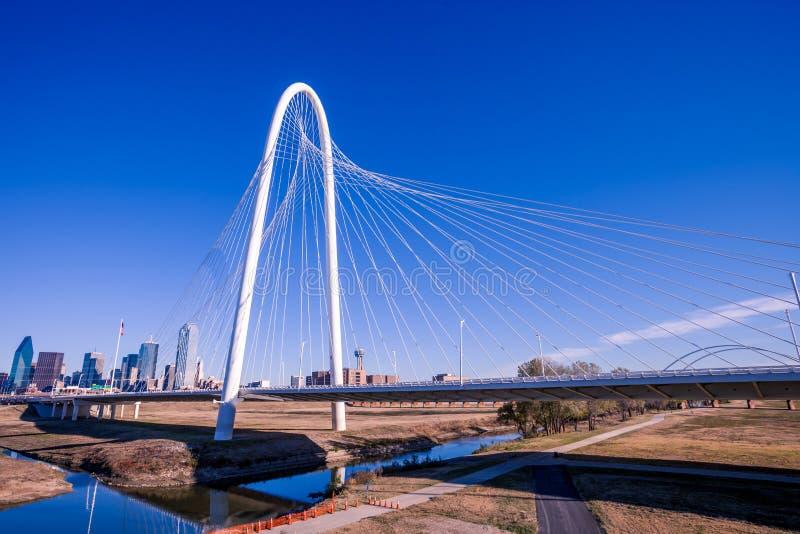 Margaret Hunt Hill Bridge avec l'horizon de Dallas à l'arrière-plan photos stock