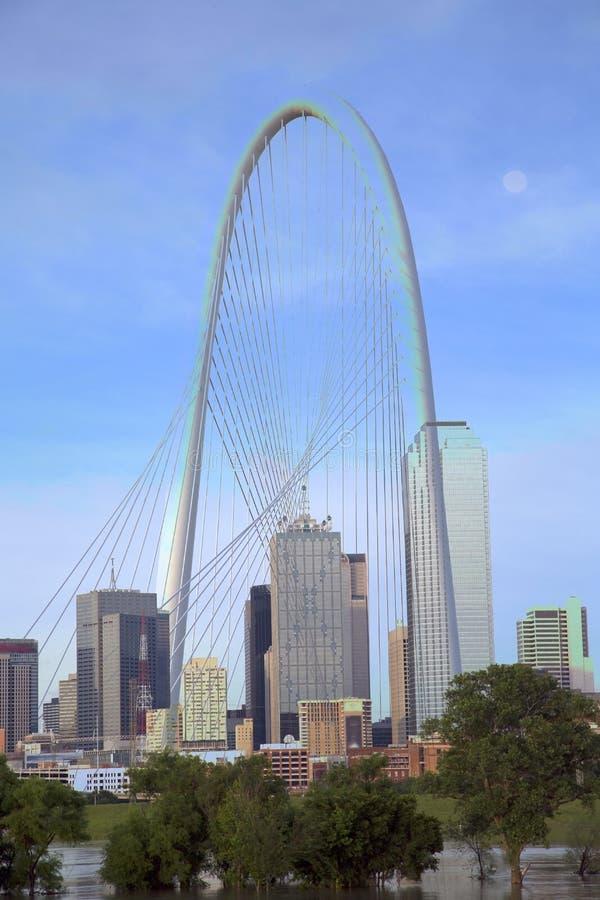 Margaret Hunt Hill Bridge e skyline em Dallas imagem de stock royalty free
