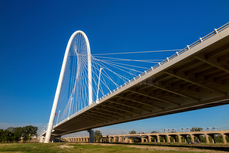 Margaret Hunt Hill Bridge en Dallas imagenes de archivo