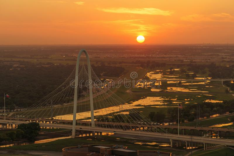 Margaret Hunt Hill Bridge en la puesta del sol, Dallas City, Tejas fotos de archivo libres de regalías