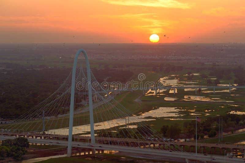 Margaret Hunt Hill Bridge en la puesta del sol, Dallas, Tejas, los E.E.U.U. imágenes de archivo libres de regalías
