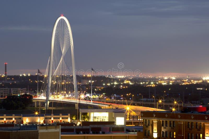 Margaret Hunt Hill Bridge hermosa en la noche imagenes de archivo