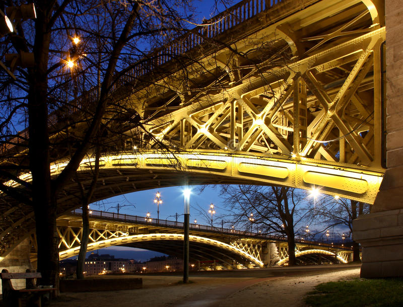 Margaret most w Budapest, Węgry przy półmrokiem zdjęcie stock