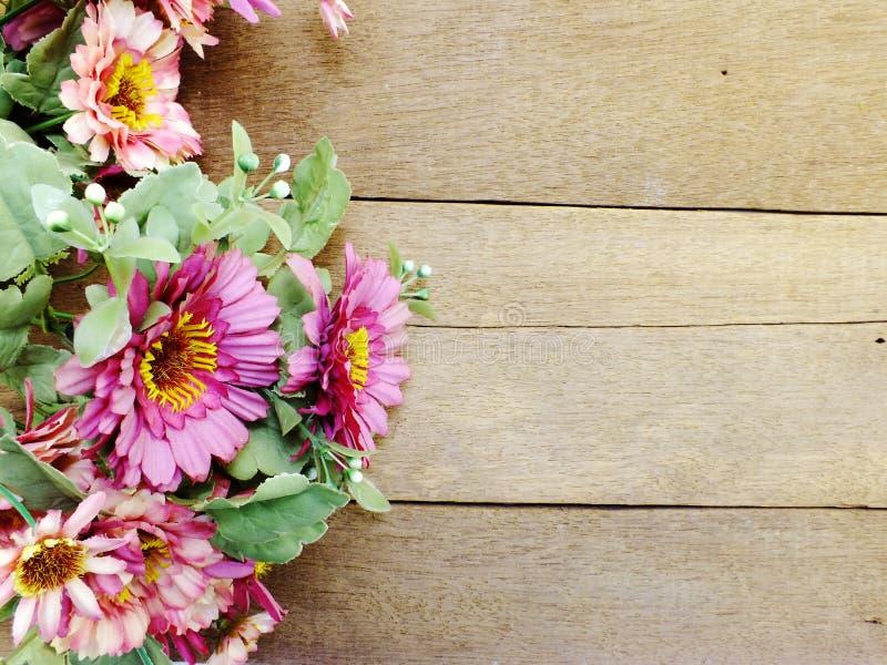 A margarida cor-de-rosa floresce o ramalhete artificial com espaço no fundo de madeira com cor do filtro foto de stock