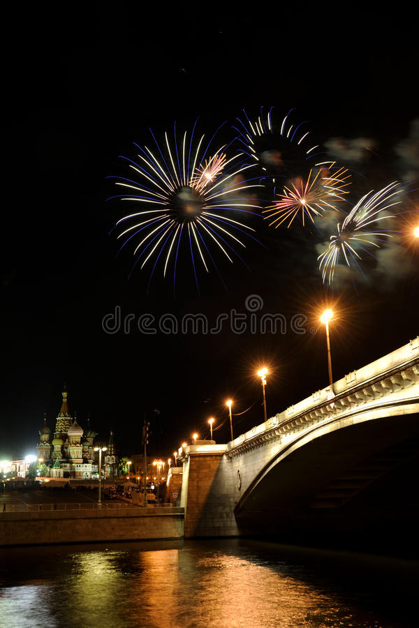 Margaridas coloridas no céu sobre a cidade de Moscou imagem de stock