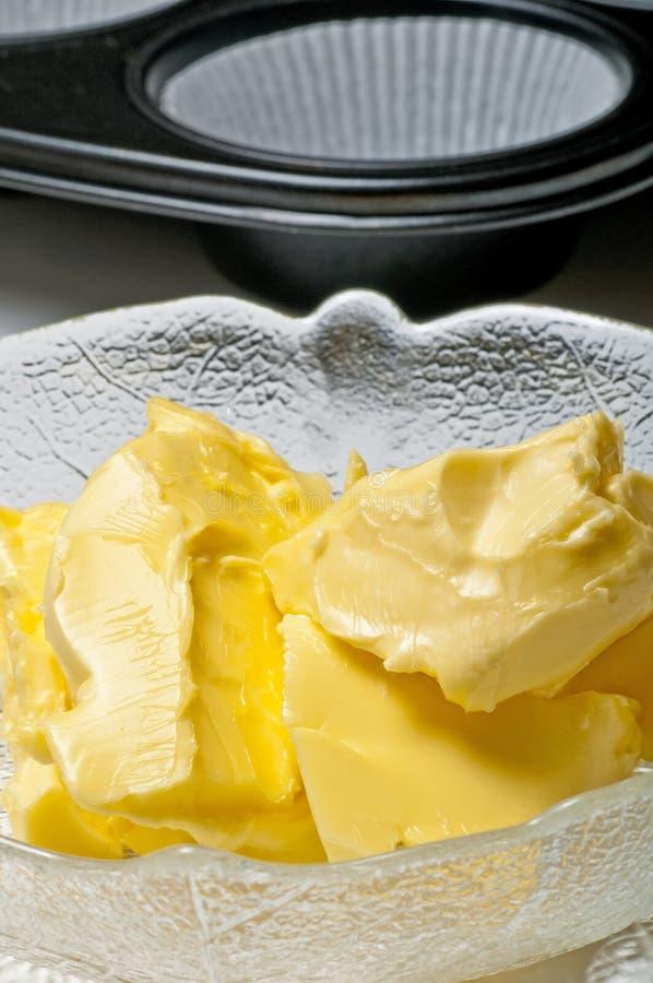 Margarina con il piatto della focaccina fotografia stock libera da diritti