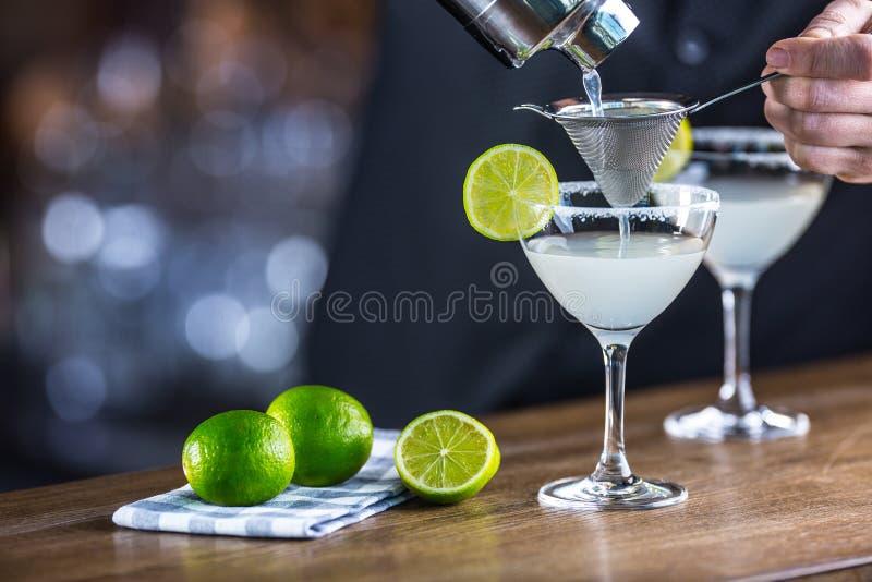 margarita Bebida alcohólica del cóctel de Margatita en barcounter en p imagen de archivo