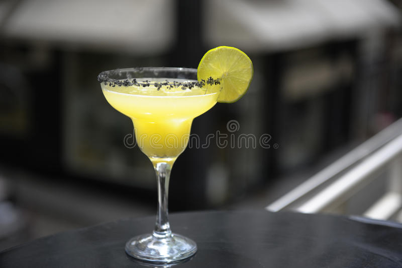 Margarita-Cocktail auf der Terrasse stockbilder