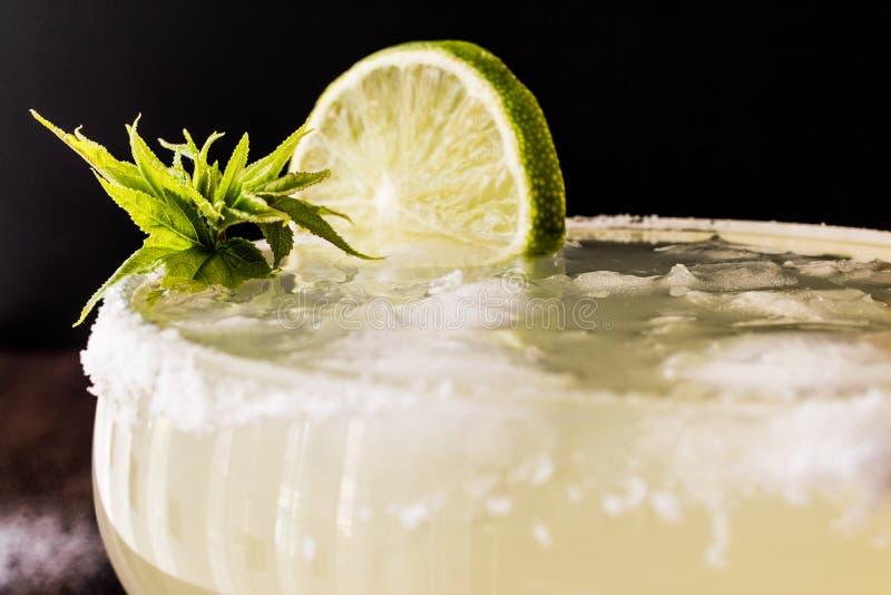 Margarita Cocktail clásica con la cal, la sal y el hielo fotos de archivo libres de regalías