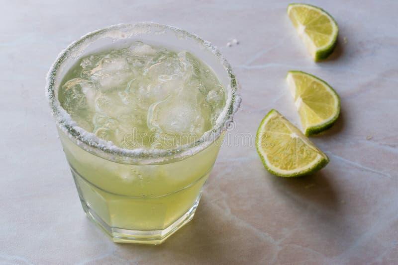 Margarita Cocktail clássica no vidro salgado com cal e gelo esmagado fotografia de stock