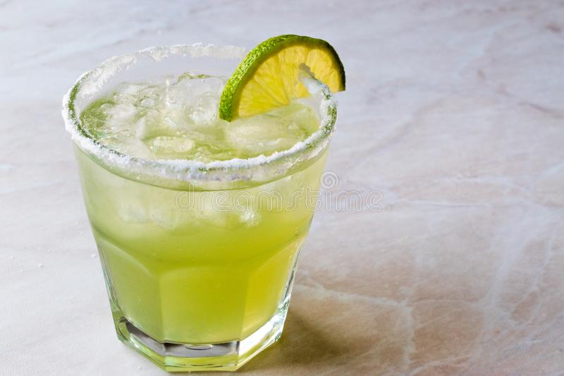 Margarita Cocktail clássica no vidro salgado com cal e gelo esmagado imagem de stock royalty free