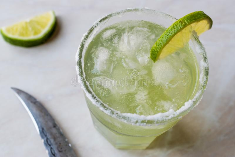 Margarita Cocktail clássica no vidro salgado com cal e gelo esmagado fotos de stock