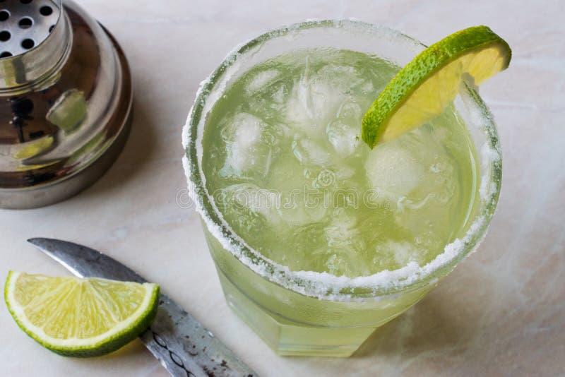 Margarita Cocktail clássica no vidro salgado com cal e gelo esmagado imagens de stock