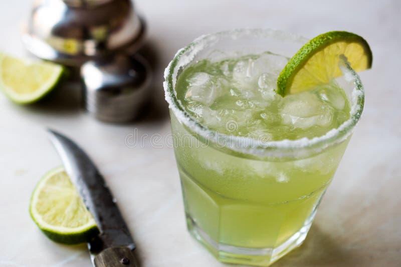 Margarita Cocktail clássica no vidro salgado com cal e gelo esmagado fotografia de stock royalty free