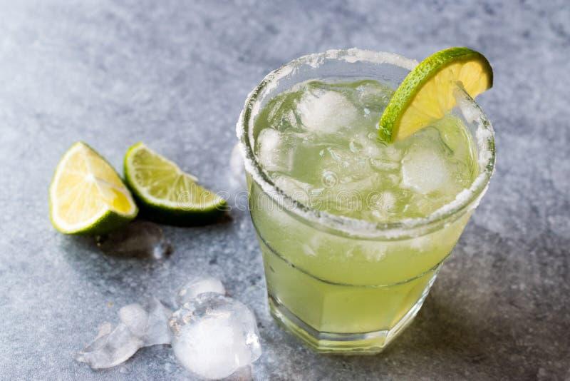 Margarita Cocktail clássica no vidro salgado com cal e gelo esmagado foto de stock royalty free
