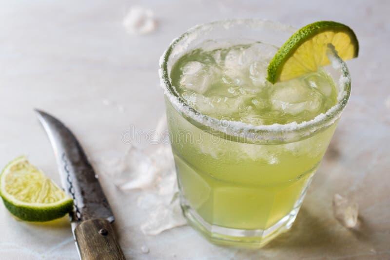 Margarita Cocktail clássica no vidro salgado com cal e gelo esmagado fotos de stock royalty free