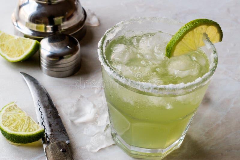 Margarita Cocktail clássica no vidro salgado com cal e gelo esmagado imagem de stock