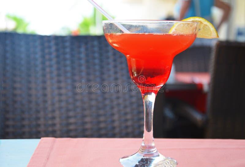Margarita-Cocktail in einem Glas auf einem Hintergrund von hellen Lichtern stockfoto
