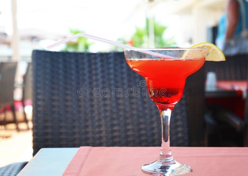 Margarita-Cocktail in einem Glas auf einem Hintergrund von hellen Lichtern lizenzfreie stockfotos