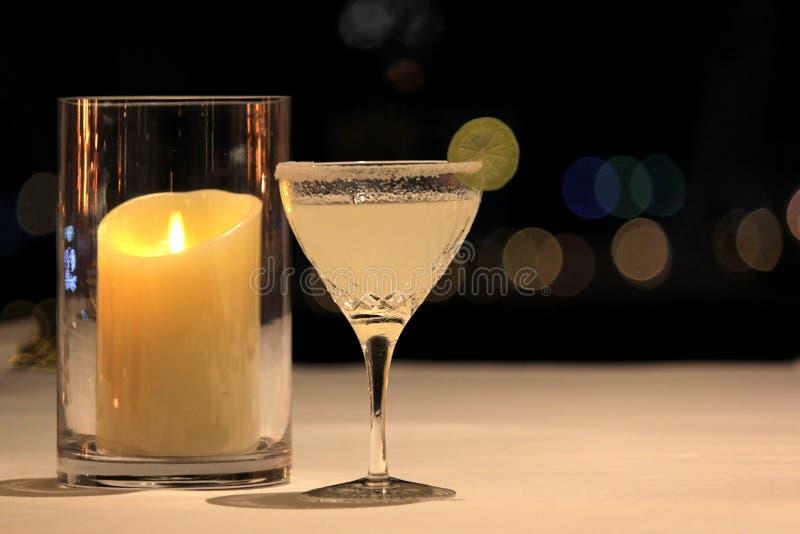 Margarita-Cocktail mit Kalkscheibe und salziger Kante lizenzfreies stockfoto