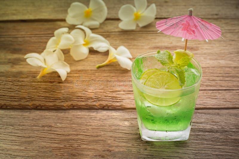 Margarita-Cocktail mit salziger Kante auf Holztisch mit Kalken lizenzfreie stockbilder