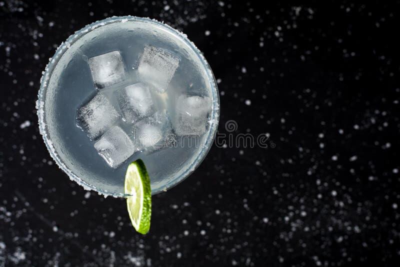 Margarita Cocktail no fundo preto fotografia de stock