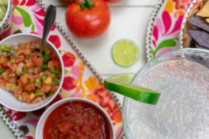 Margarita congelée de vue supérieure de plan rapproché et nourriture mexicaine photos stock