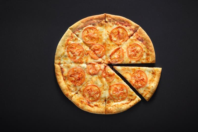 Margarita da pizza no fundo de pedra preto com tomates, mussarela do queijo foto de stock
