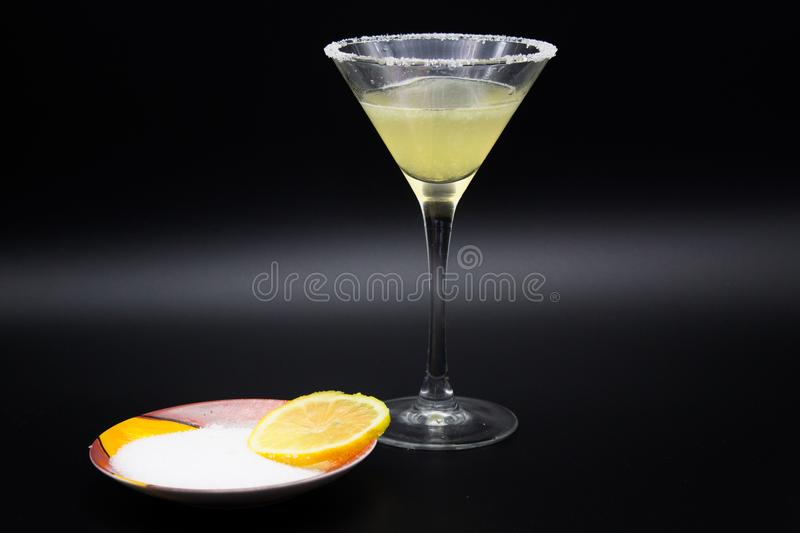 Margarita de cocktail et citron, fond noir photos libres de droits