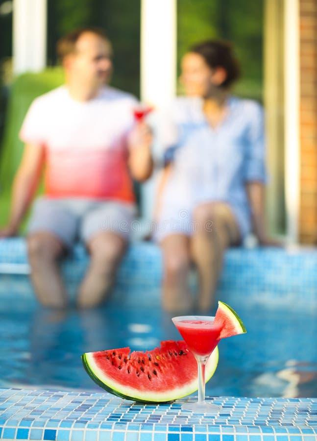 Margarita de pastèque près de piscine photo libre de droits