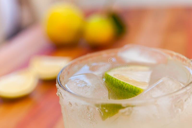 Margarita för nyckel- limefrukt som garneras med ny limefrukt i ett exponeringsglas arkivbild
