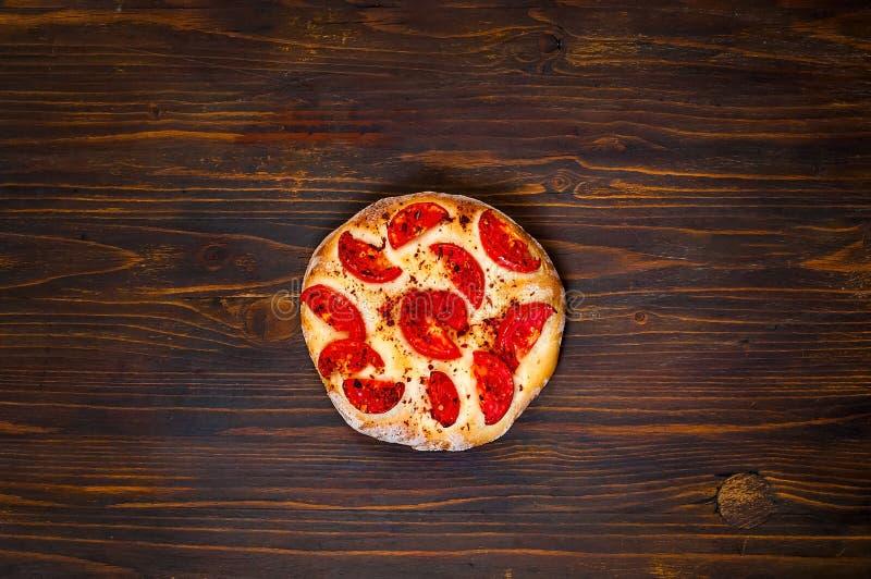 Margarita faite maison de pizza sur le fond en bois, concept équilibré de nourriture, l'espace de copie, plan rapproché, photo libre de droits