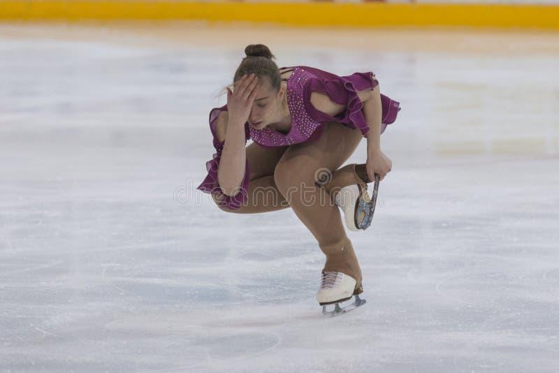 Margarita Kostenko de Russie exécute le programme de patinage gratuit de filles de la classe V d'or sur le championnat national d image stock