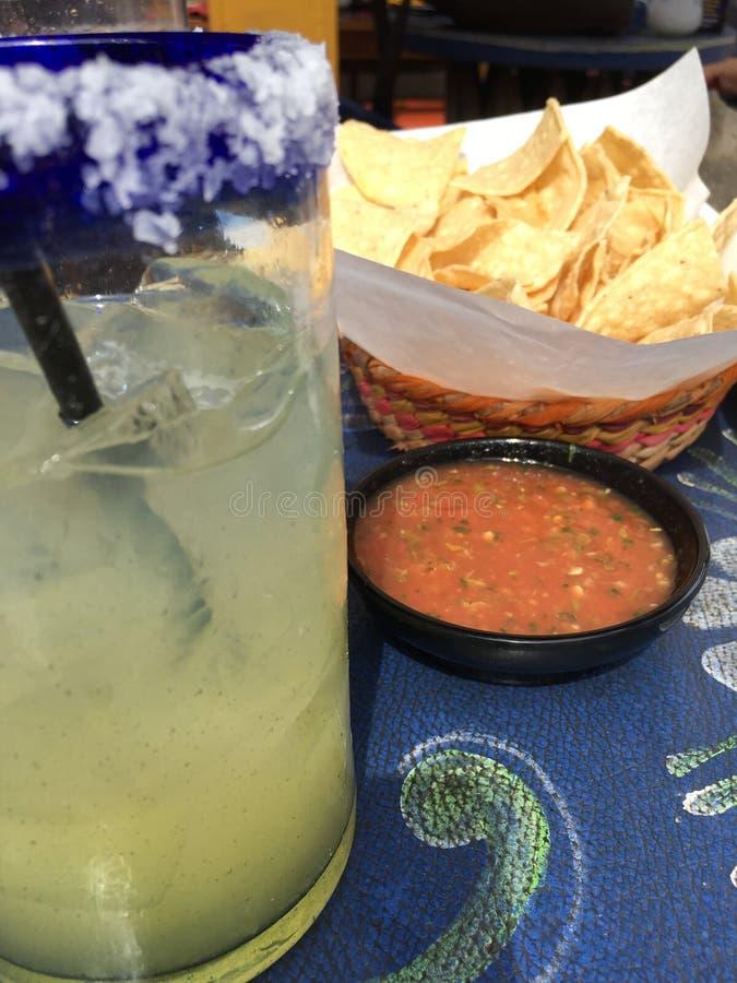 Margarita, patatine fritte e salsa immagini stock libere da diritti