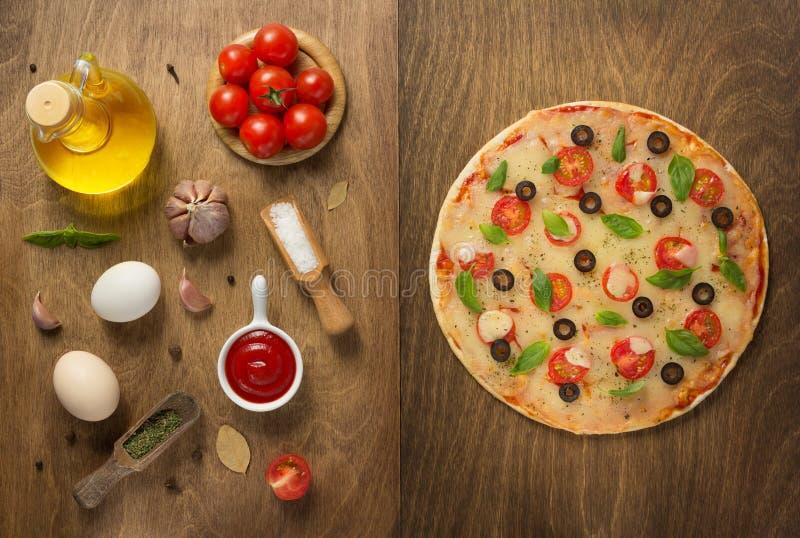 Margarita pizza i karmowi składniki fotografia stock