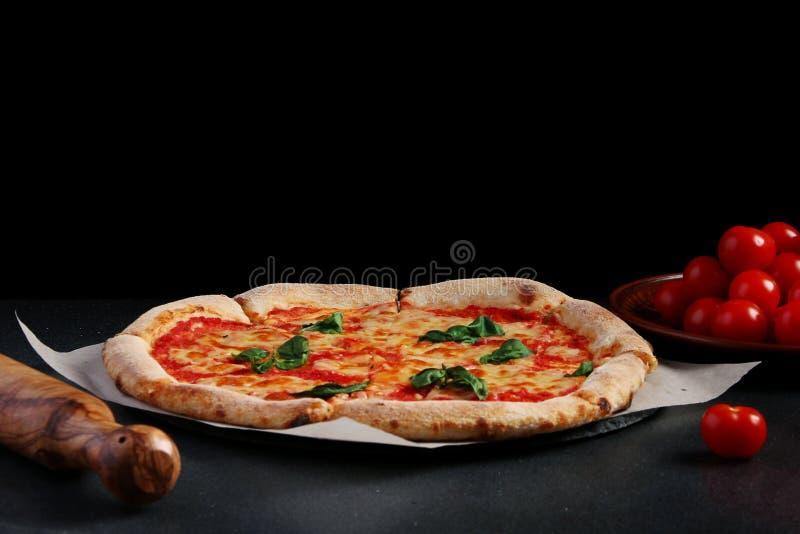 Margarita pizza na ciemnym tle tradycyjny pizzy pojęcie zdjęcie stock