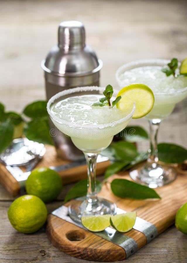 Margaritacoctail med limefrukt och mintkaramellen royaltyfri bild
