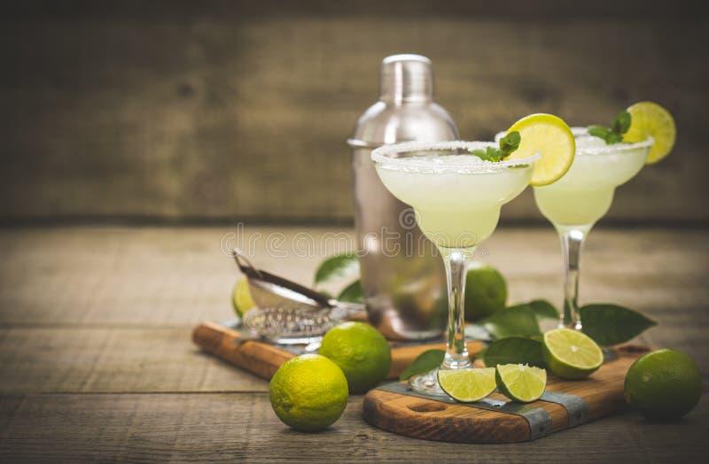 Margaritacoctail med limefrukt och mintkaramellen royaltyfri fotografi