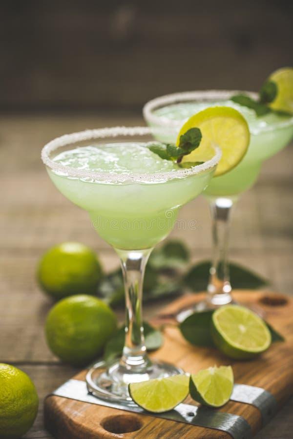 Margaritacoctail med limefrukt och mintkaramellen royaltyfri foto
