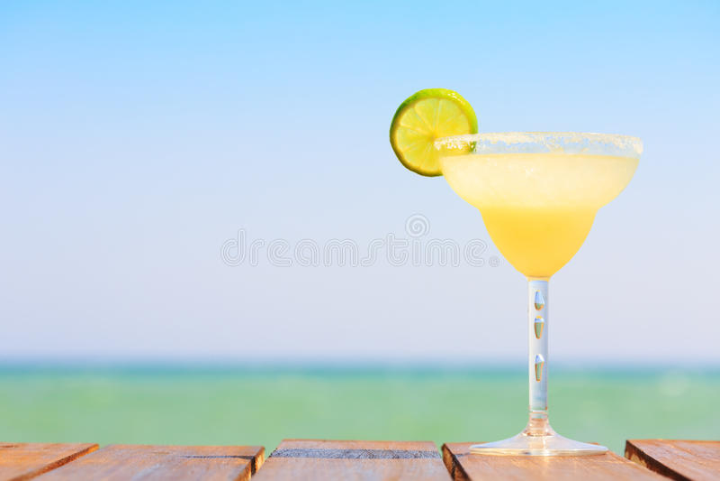 Margaritacoctail på träpir Begrepp av den klassiska drinken fotografering för bildbyråer