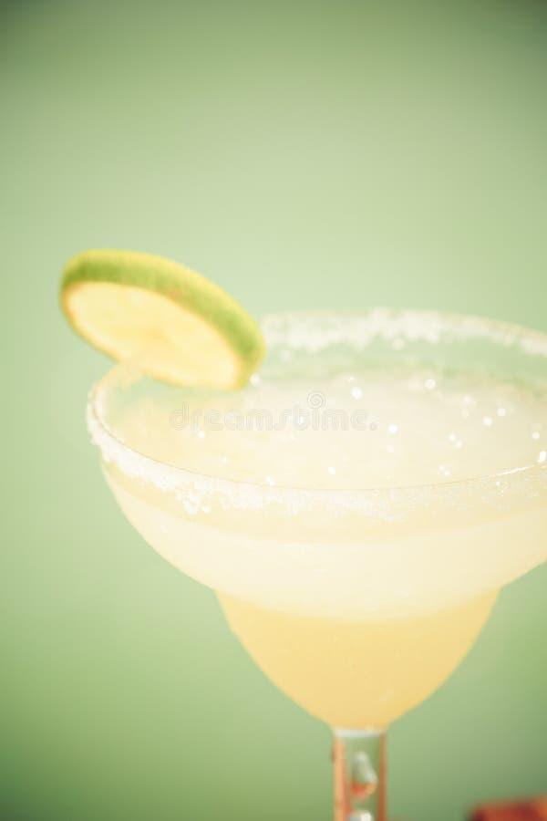 Margaritacoctail på träpir Begrepp av den klassiska drinken arkivbilder