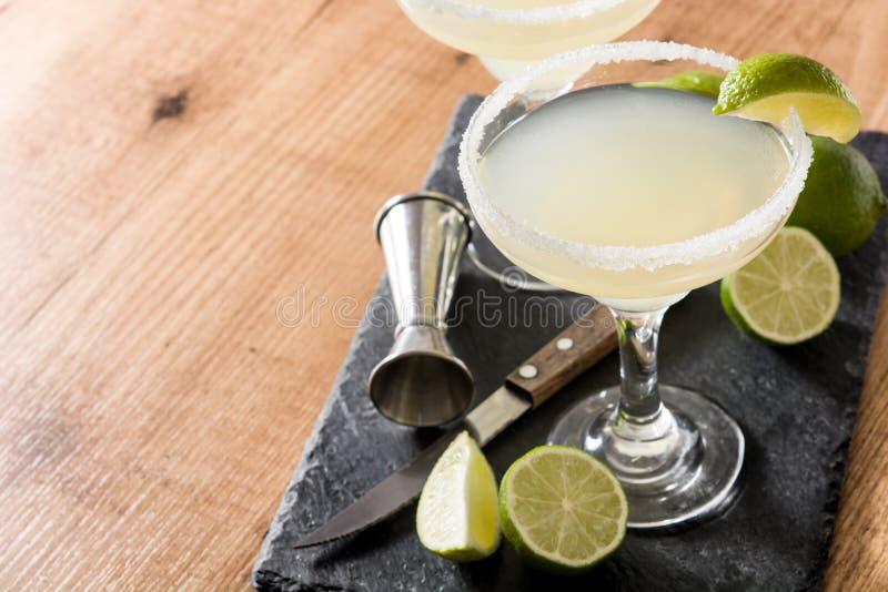 Margaritacoctailar med limefrukt i exponeringsglas royaltyfria foton